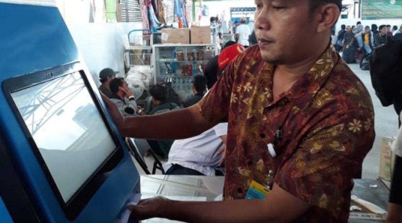 DLU Cabang Kumai Tambah Pelayanan Mesin Cetak Mandiri untuk Boarding Pass di Palabuhan Panglima Utar Kumai